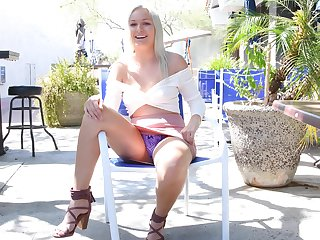 Gorgeous tiro blonde teen Victoria shows withdraw her tits close to pen up